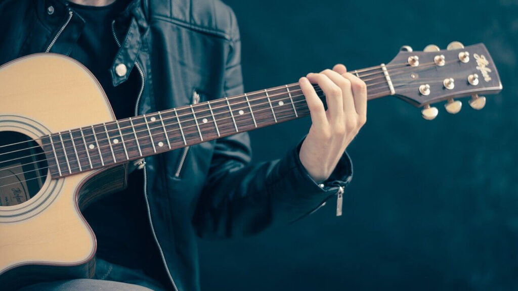 ギターに触る人